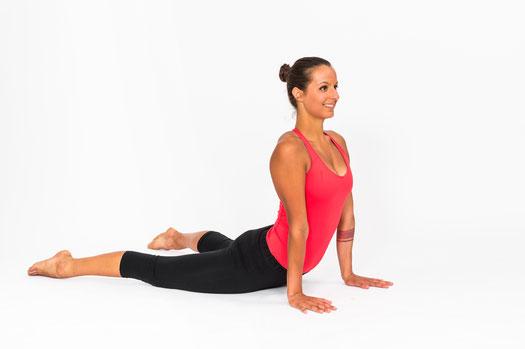 Eine Variante dieser Übung im Liegen: Die Kobra-Position aus dem Hatha-Yoga.