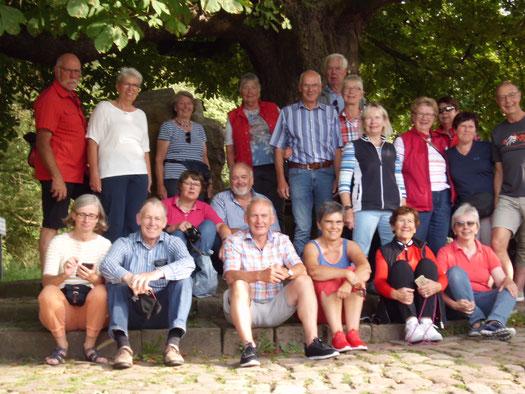 Am Weserstein in Hann-Münden stimmten die Hoyaer Gäste das Weserlied an! © Astrid Schwecke