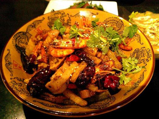 「香辣虾」というチョイ辛のエビ盛りだくさんメニュー。