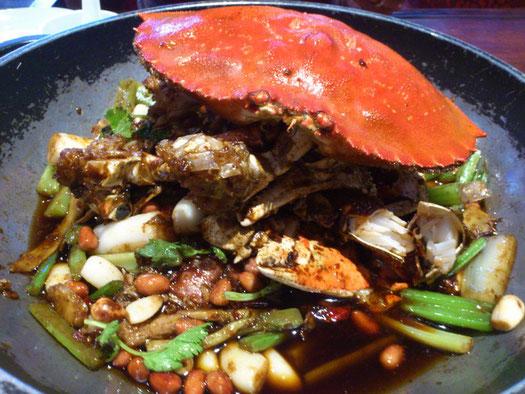いつもの「珍宝蟹」は288元/斤(500g)。トッピングも自由に選んでぶち込めます。全部たいらげたらスープを入れて「火鍋」にもなります。ボクたちはさすがに食えませんが・・・。