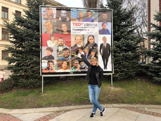 Anna Jelen vor TEDx Vitosha-Plakat © Anna Jelen, The Time Expert