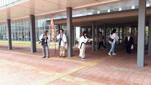 JR旭川駅前の広場で実施した募金活動の風景