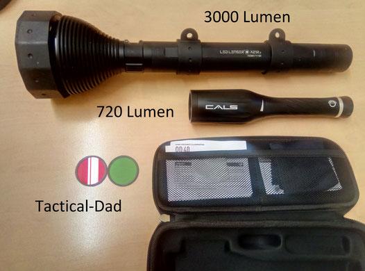 Größenvergleich der Umarex CALS OD40 Jagdlampe und der LED Lenser x21r.2 mit 3000 Lumen.