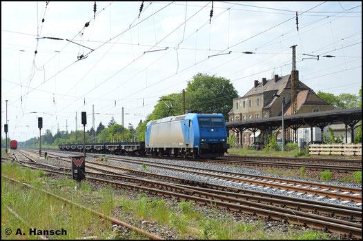 Mit Flachwagenzug kommt am 11. Mai 2016 185 518-8 in Leipzig-Wiederitzsch daher