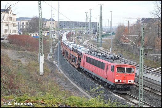 """Nur noch mit """"DB-Keks"""" anstelle des Railion-Logos und mit neuer HU zieht die Lok am Morgen des 27. November 2015 einen langen Autozug durch Chemnitz Hbf. gen Mosel"""