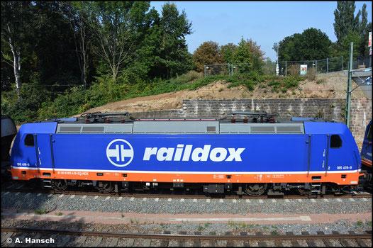An einem von 264 002-7 gezogenen Getreidezug nach Frohburg hing am 04. September 2021 auch 185 419-9 als Wagenlok. Hier unterquert der Zug gleich die Zschopauer Str. in Chemnitz