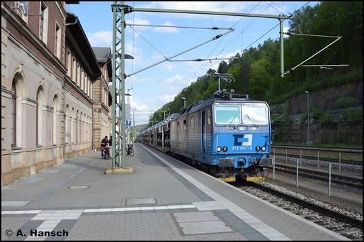 Am 9. Mai 2016 durchfährt 372 007-5 mit Autozug den Bahnhof Bad Schandau gen Pirna
