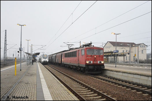 Am 2. Januar 2016 durchfährt 155 138-1 mit ihrem Güterzug den Bf. Bitterfeld gen Leipzig