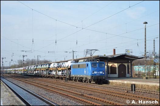 Hinter PRESS 140 007-7 verbirgt sich 140 825-1, die am 30. März 2019 mit Autozug durch den Bahnhof Köthen rollt