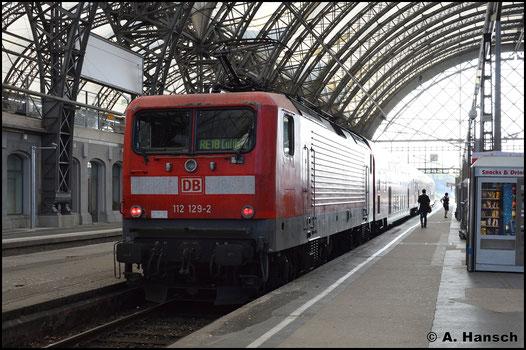 112 129-2 bespannt am 9. Mai 2016 den RE18 nach Cottbus. In Dresden Hbf. wartet der Zug auf Ausfahrt