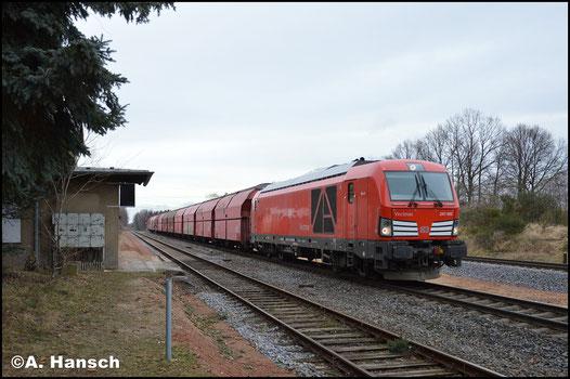 """Am 1. Februar 2018 ist die Lok im typischen DB-rot unterwegs. Mit Gipsleerzug (Großkorbetha - Chemnitz-Küchwald) durcheilt """"Gustl"""" den ob. Bf. von Wittgensdorf. Der zweite Einsatz einer BR 247 an dieser Leistung"""