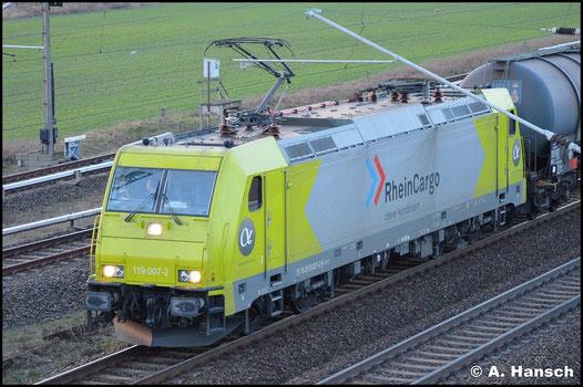 Bei 119 007-2 handelt es sich um die ehemalige 185 626-9. Sie fährt am 6. Februar 2016 mit Kesselwagenzug durch Berlin Französisch-Buchholz stadteinwärts
