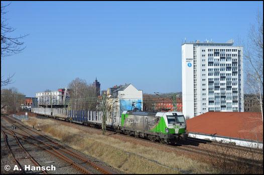 Im besten Licht durchfährt die Lok am 8. April 2018 Chemnitz-Süd gen Freiberg. Am Haken hat sie einen Leerholzzug, welcher in Freiberg beladen werden soll