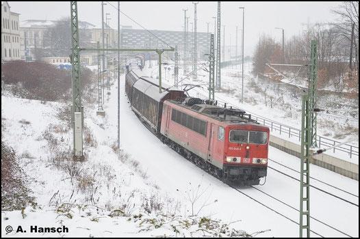 3 Jahre später und wieder im Winter hat 155 048-2 den GA 52811 nach Mosel im Schlepp und verlässt hier gerade Chemnitz Hbf. (23. Januar 2016)