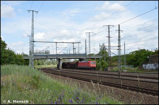 Am 5. Juni 2020 durchfährt 185 285-4 mit Schüttgutwagen-Ganzzug Luth. Wittenberg Hbf.