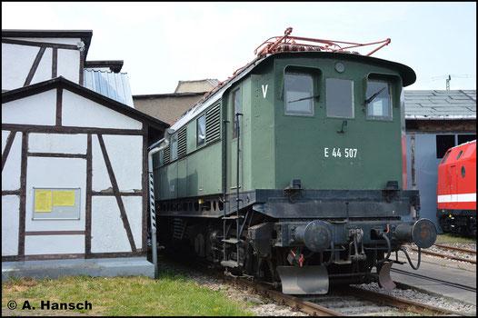 E44 507 gehört zur veränderten Reihe der E44, die sogenannte E44/5. Sie besitzt längere Achsstände und deshalb einen veränderten Lokkasten. Am 28. Mai 2016 ist sie beim Bw Fest in Weimar zu sehen