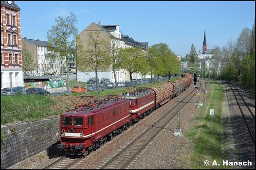 """Am 24. April 2019 ist das """"EBS-Holzroller-Doppel"""", angeführt von 142 145-2 (EBS 242 145-1) im Chemnitzer Stadtgebiet zu sehen. Mit Holzzug ist das Gespann unterwegs nach Ingolstadt"""