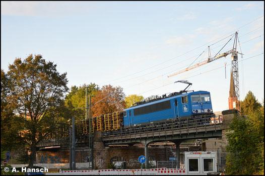 """Am 29. September 2020 trägt die Lok dann das typische """"Press-blau"""". Mit Holz aus Pockau-Lengefeld überquert sie am Abend den Viadukt über der Augustusburger Str. in Chemnitz"""