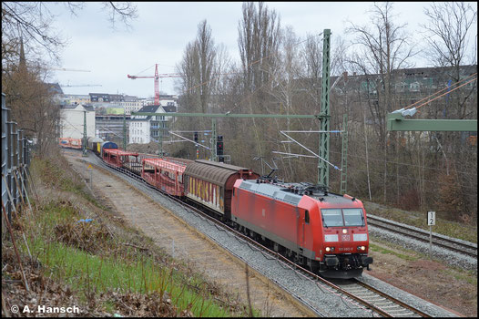 185 065-0 hat am 17. April 2021 den umgeleiteten EZ 51721 am Haken. Hier passiert der Zug in wenigen Augenblicken den Hp Chemnitz-Süd gen Zwickau