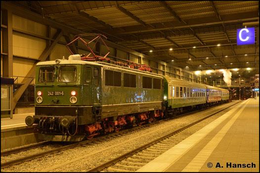 Am Abend ist die Lok schließlich Schublok. In Chemnitz Hbf. wurde der Halt dokumentiert