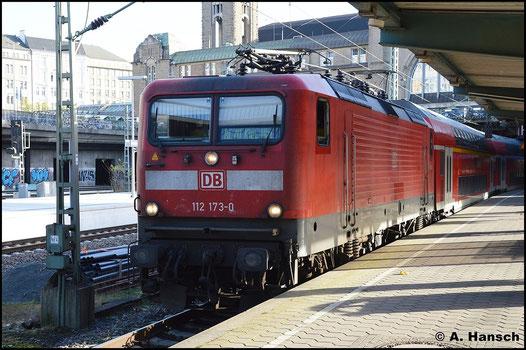 Am 8. November 2015 hat 112 173-0 RE70 nach Kiel Hbf. am Haken. In Hamburg Hbf. wartet der Zug auf Weiterfahrt