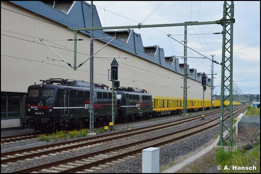 EBS 140 789-9 steht gemeinsam mit Schwesterlok 140 772-5 am 28. Juni 2020 in Chemnitz Hbf. Am Haken haben die Loks einen langen Holzleerzug