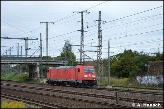 Ohne Last rollt am 28. August 2020 DB Cargo 185 356-3 durch Wittenberg Hbf.