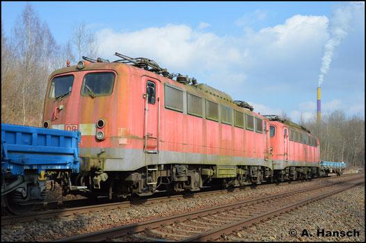 Am 27. März 2018 wird die Lok, gemeinsam mit 140 502-6, von 223 051-4 (PRESS 253 014-8) aus Chemnitz nach Espenhain geholt. In Chemnitz-Borna erwischte ich die Fuhre