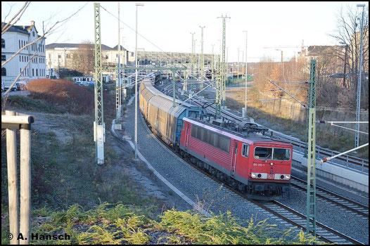 155 015-1 verlässt am 8. Dezember 2015 mit GA 52805 Chemnitz Hbf. Der Zug verkehrt normalerweise nachts, ist an diesem Tag aber stark verspätet