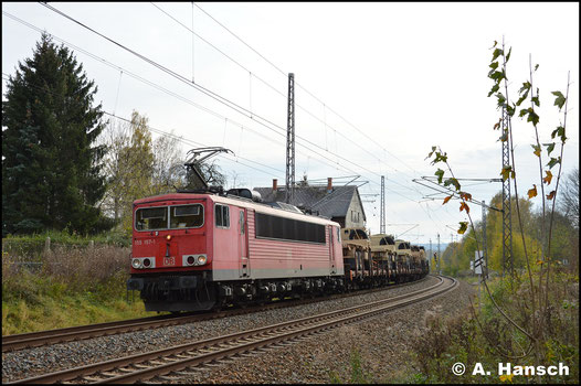 Am 2. November 2017 zieht 155 157-1 einen der zu dieser Zeit so viel verkehrenden amerikanischen Militärzüge durch Chemnitz-Furth in Richtung Riesa