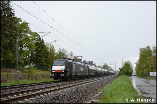 Im Einsatz für AWT begegnet mir die Lok am 2. Mai 2020 in Grüna. Im strömenden Regen bringt sie einen Umleiter nach Großkorbetha
