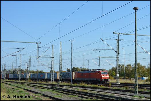 Mit Containerzug durchfährt 189 008-6 am 13. Oktober 2019 Luth. Wittenberg Hbf.