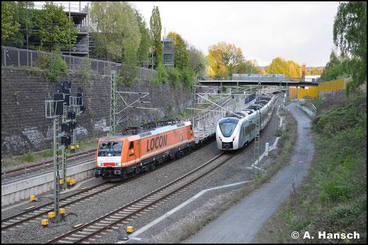 189 821-2 fährt für Locon und ist in den auffälligen Firmenfarben lackiert. Am 26. April 2018 erreicht sie mit Leerholzzug das Chemnitzer Stadtgebiet