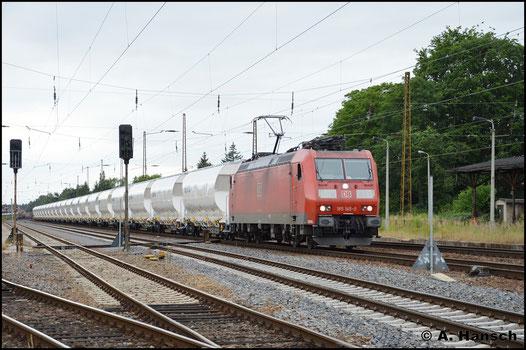 Am 26. Juni 2017 zieht 185 145-0 eine Reihe nagelneuer Getreidewagen durch Leipzig-Wiederitzsch