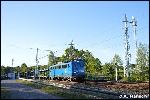 """Am 6. Mai 2018 ist die Lok bereits wieder im konventionellen """"PRESS-blau"""" unterwegs. Hier durchfährt sie mit Leerautozug Chemnitz-Furth"""