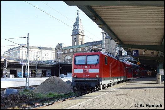 112 105-2 wartet am 8. November 2015 in Hamburg Hbf. auf Ausfahrt. Im Hintergrund ist einer der beiden Türme auf der Nordseite des Bahnhofs zu sehen