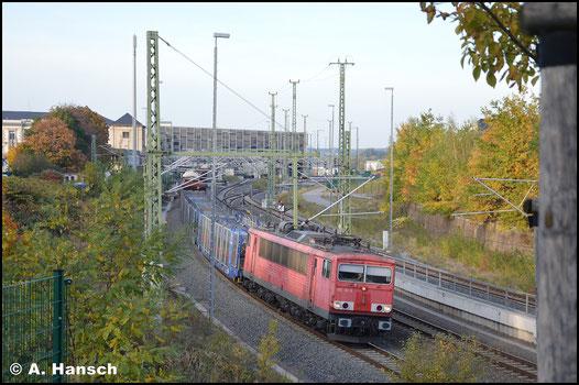 Am 9. Oktober 2018 hat 155 112-6 den EZ 50807 am Haken. Hier verlässt das Gespann gerade Chemnitz Hbf.