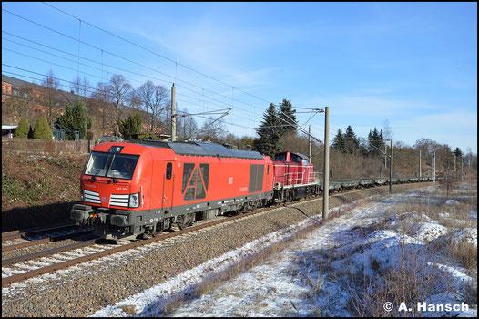 Am 19. Januar 2019 treffe ich 247 906-1 bei bestem Winterwetter in Chemnitz-Hilbersdorf an. Vor 290 371-4 bringt sie einen Leermilitärzug von Marienberg nach Zwickau