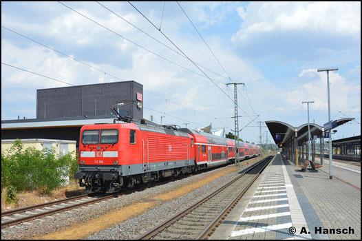 Im besten Licht wartet die Lok mit RE3 nach Berlin am 4. August 2018 in Luth. Wittenberg Hbf. auf Ausfahrt
