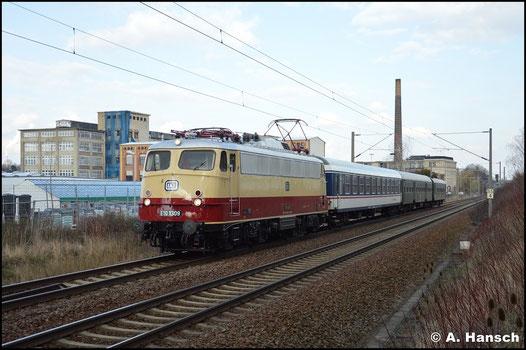 Am 24. März 2016 durchfährt die seit kurzem wieder in historischer Lackierung verkehrende 113 309-9 (AKE E10 1309) mit DLr 13487 Bad Schandau - Glauchau den Hp Chemnitz-Schönau