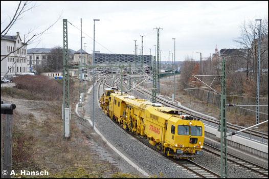 Als DGV 92684 verkehrt am 21. März 2016 dieser Stopfexpress von Dresden-Neustadt nach Meerane. Hier ist er bei der Durchfahrt durch Chemnitz Hbf. zu sehen