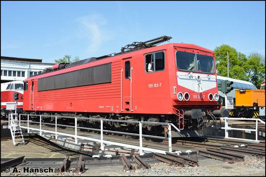 """Etwas kurios: Die andere Lokseite trägt den später bei der DB üblichen """"Latz"""". Am 5. Mai 2018 konnte dieses Bild im Bw Glauchau aufgenommen werden"""