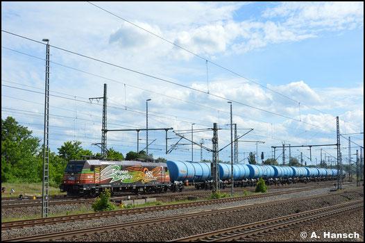 Die bunte 185 602-0 hat am 5. Juni 2020 einen Ganzzug Kesselwagen am Haken. Hier durchfährt sie Luth. Wittenberg Hbf.