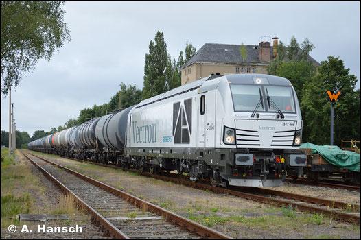 Am 25. Juli 2017 half 247 908-7 am Kesselzugverkehr nach Hartmannsdorf aus. Im Zielbahnhof wartet sie hier mit Leerkessel auf Abfahrt