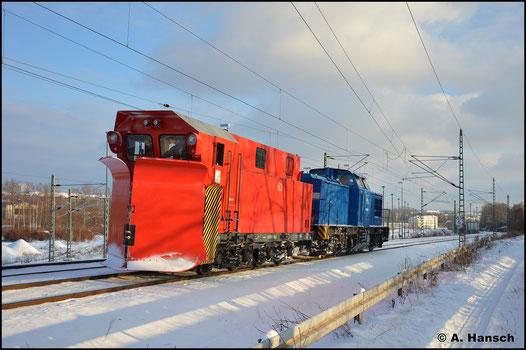 Am 11. Februar 2021 ist der Pflug zwischen Chemnitz und Riesa im Einsatz. Gezogen von 202 586-4 (PRESS 204 036-6) kehrt er hier nach 2. Räumfahrt nach Chemnitz zurück