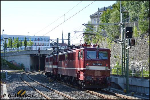 Am 7. Juli 2018 ist die Lok wieder im DR-Altrot lackiert und mit 242 145-1 beschildert. Am Haken von 142 110-6 (EBS 242 110-5) durchfährt sie hier das Chemnitzer Stadtgebiet