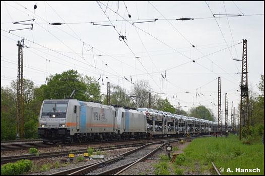 185 677-2 hat am 14. Mai 2021 Vorspann vor 186 298-6. Gemeinsam ziehen sie einen Autozug durch Leipzig-Wiederitzsch