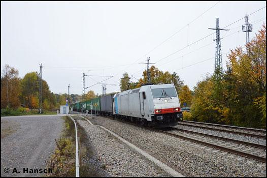 Metrans 185 638-4 zieht am 31. Oktober 2016 den Containerzug Dgs 69304 (Hamburg-Waltershof Dradenau - Hof) durch Chemnitz-Furth gen Hbf.