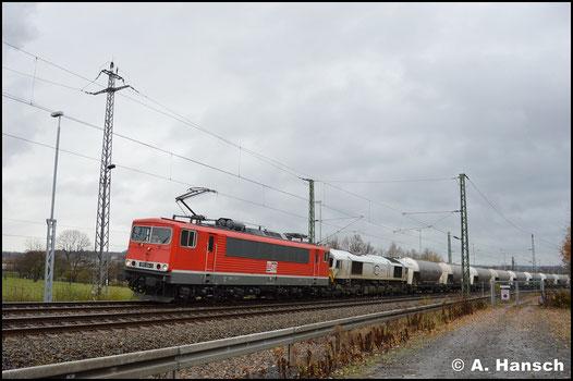 155 124-1 ist bei der MEG als Lok 701 eingereiht. Am 20. November 2017 zieht sie, gemeinsam mit 077 023-5, den Zementzug Regensburg - Rüdersdorf durch Chemnitz-Furth gen Riesa