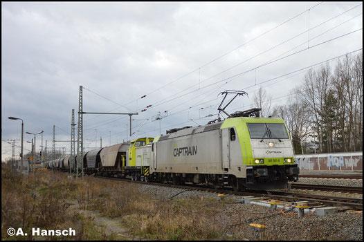 Vor Wagenlok 346 799-0 (ITL 106 005) zieht 185 581-6 am 29. Januar 2018 einen Getreidezug durch Leipzig-Thekla